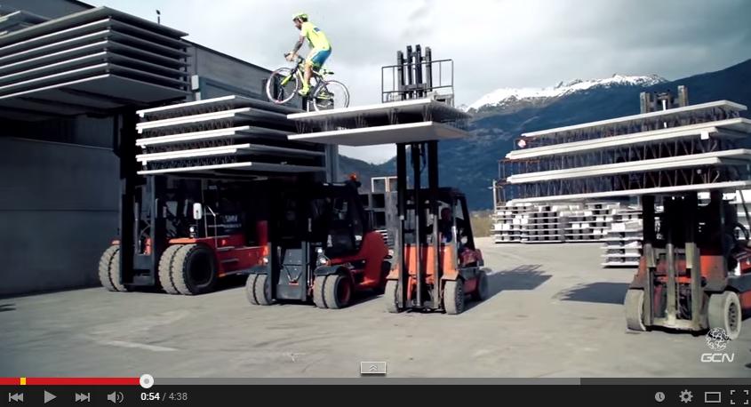 Video: Landevejsrytter i Tinkoff-Saxo jersey viser vilde skills